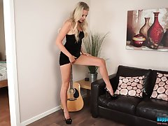 Wondrous and radiant blonde nympho Ashley Jayne wanna expose her nice body