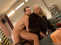 Blonde explicit in a fur coat is having a threesome in slay rub elbows with workshop and enjoying it