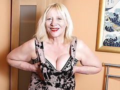 Raunchy British Housewife Effectuation All round Her Hairy Snatch - MatureNL